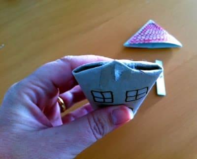 cómo hacer casita de navidad con rollos papel