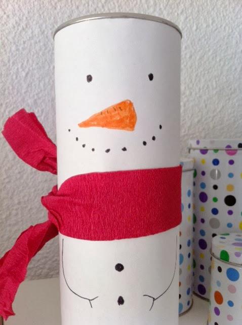 adorno de navidad hecho con botes de pringles