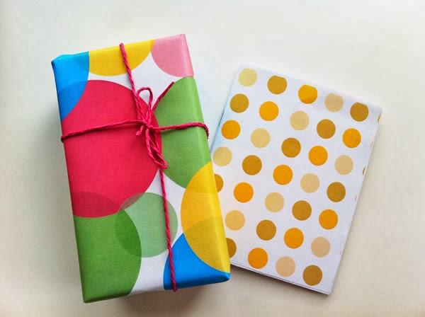 regalo envuelto con papel decorado y libreta casera