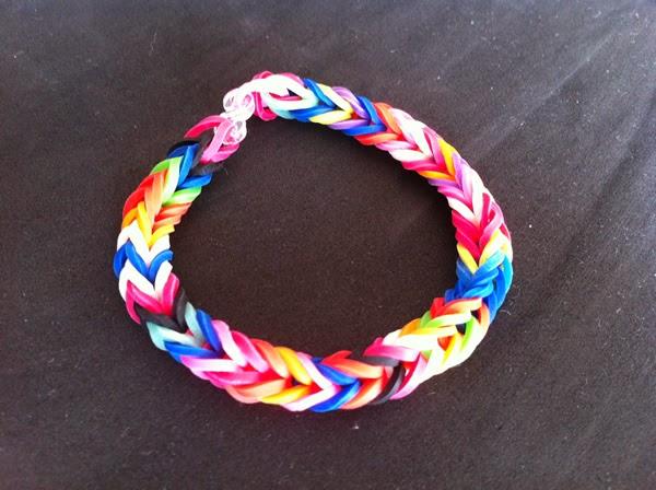 613f8afb40f1 Cómo hacer pulseras con gomas de colores - Manualidades