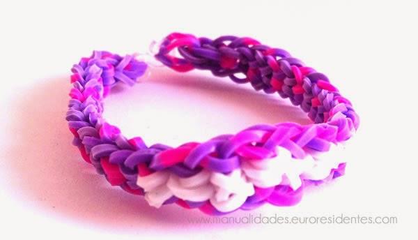 modelo pulsera gomitas: pulsera ligas con nudo invertido color lila y blanco