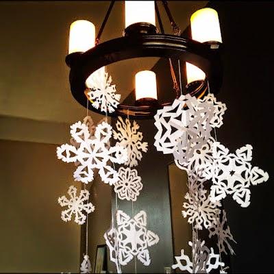 decoración con copos de nieve de papel