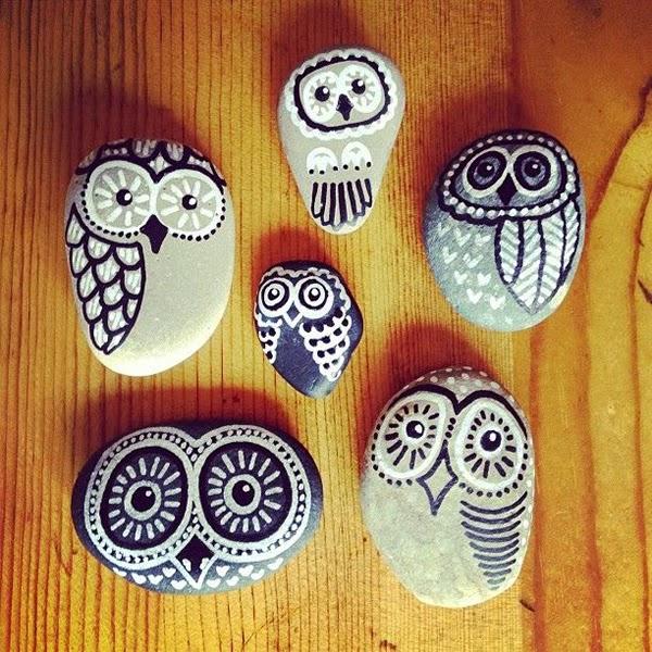 Piedras pintadas a mano con forma de buhos