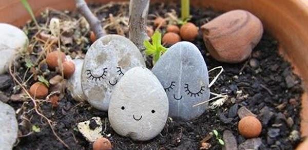 pintar y decorar piedra a mano