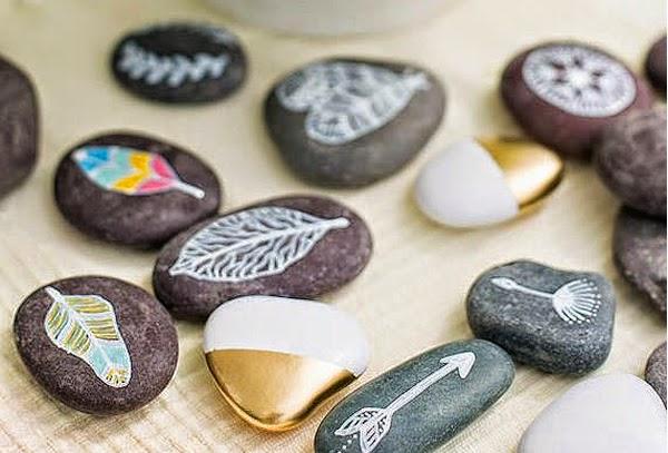 pintar y decorar piedras a mano