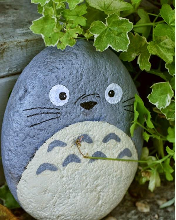 Piedras pintadas a mano: piedra pintada con forma de totoro