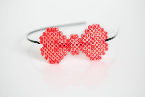Diadema con lazo de hamma beads ( tubitos pearls)