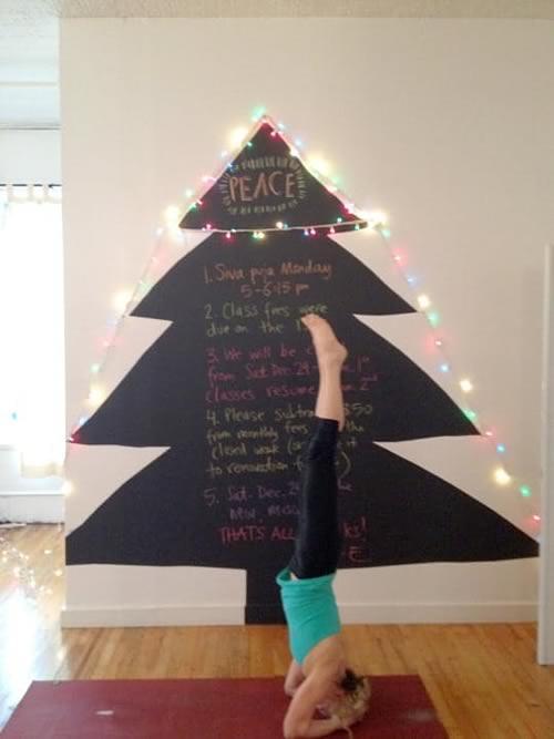 cómo hacer un árbol de Navidad con cartón y pintura de pizarra
