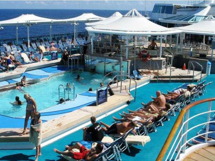 Cubierta y piscina de un crucero