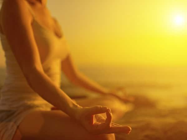 Meditar en la playa al amanecer