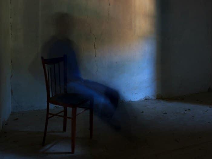 Espíritu sentado en una silla