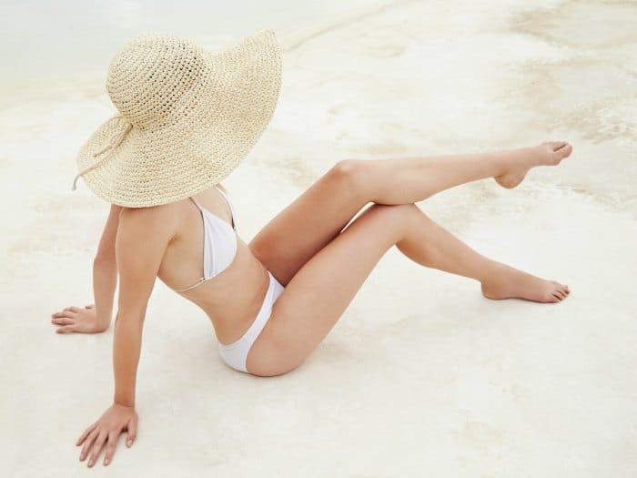 Chica delgada y sexy en bikini