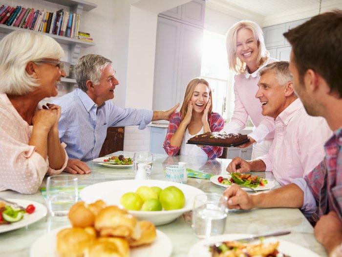 10 razones por las que invitar a los amigos a cenar a casa ocio y tiempo libre - Cena con amigos en casa ...