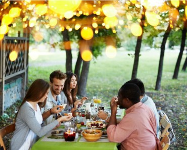 Amigos comida en el jardín de casa