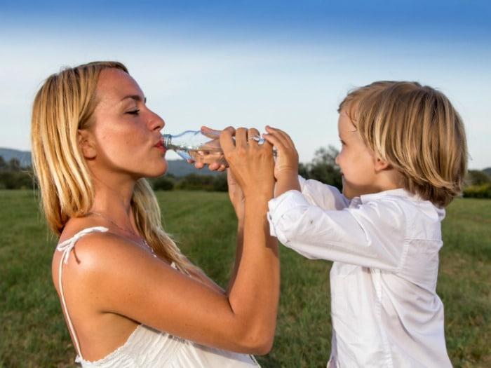 ¿Quieres seguir teniendo una piel elástica y joven? Bebe 1'5 litros de agua al día