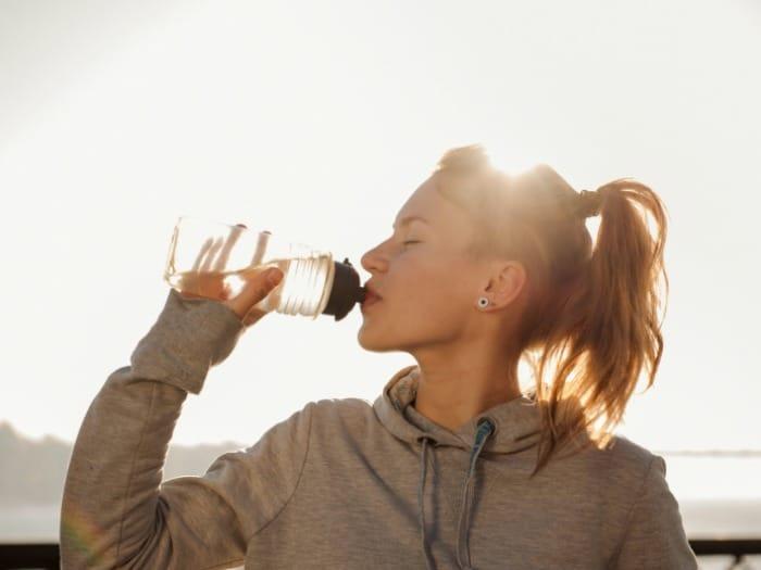 Beber agua está directamente relacionado con el perfecto funcionamiento del riñón