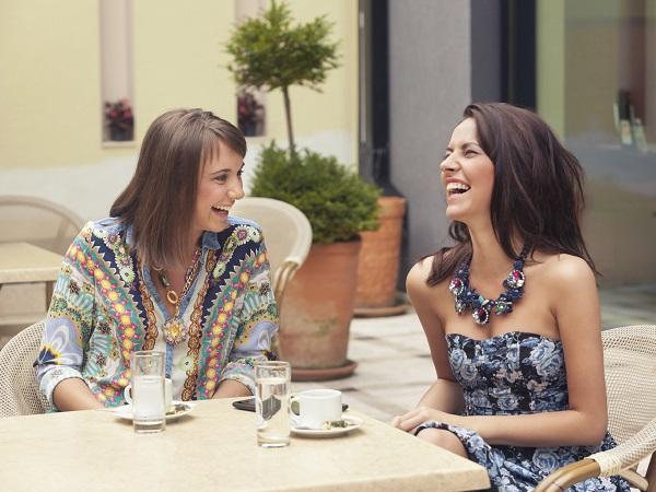 Chicas amigas reír
