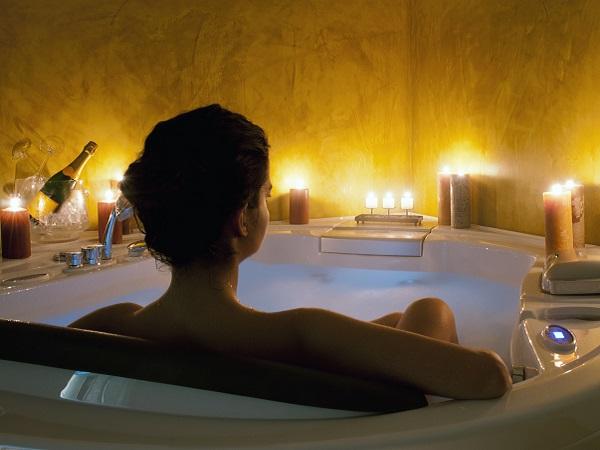 mujer bañera velas