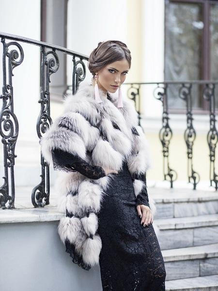 Mujer elegante pieles