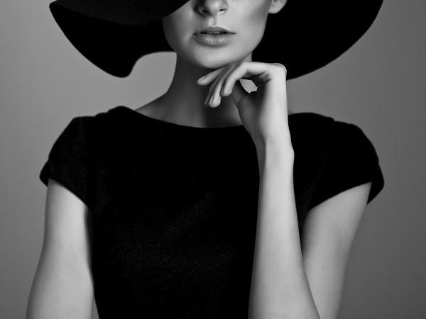 Mujer enigmática y sofisticada