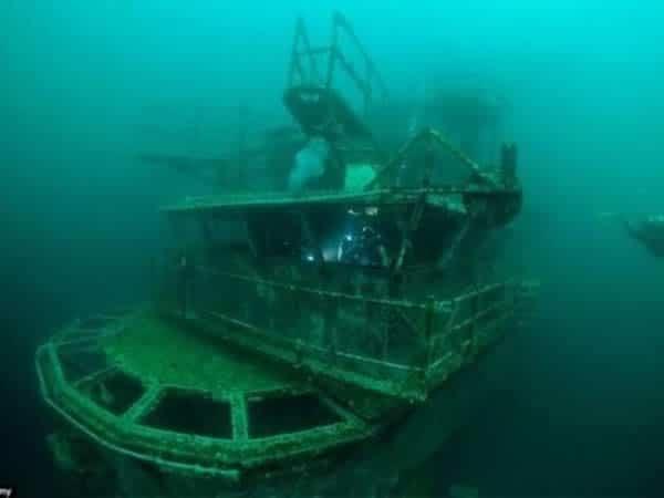 Portaaviones bajo el mar