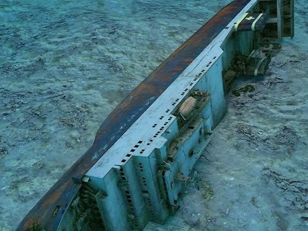 Barco hundido en el mar