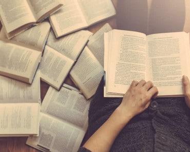 12 libros de autoayuda, uno para cada mes