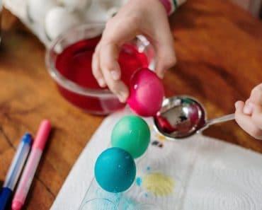 Cómo pintar huevos de Pascua con colorante natural