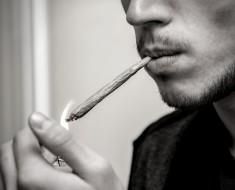 adolescente fumando marihuana