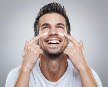 Hombre se pone crema en la cara