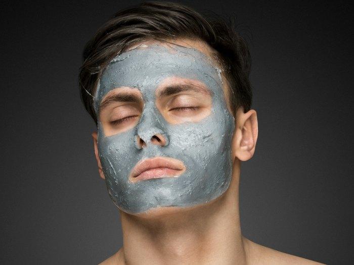 Hombre con una mascarilla facial
