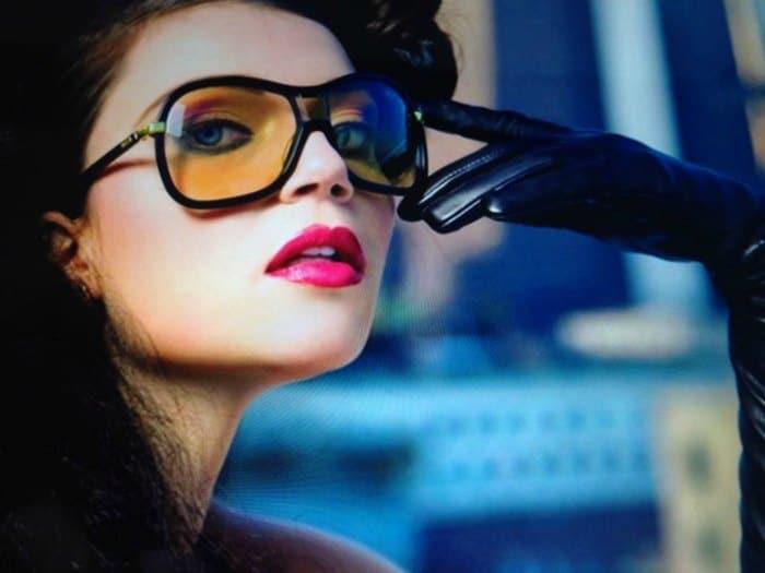 Chica glamurosa con gafas de sol