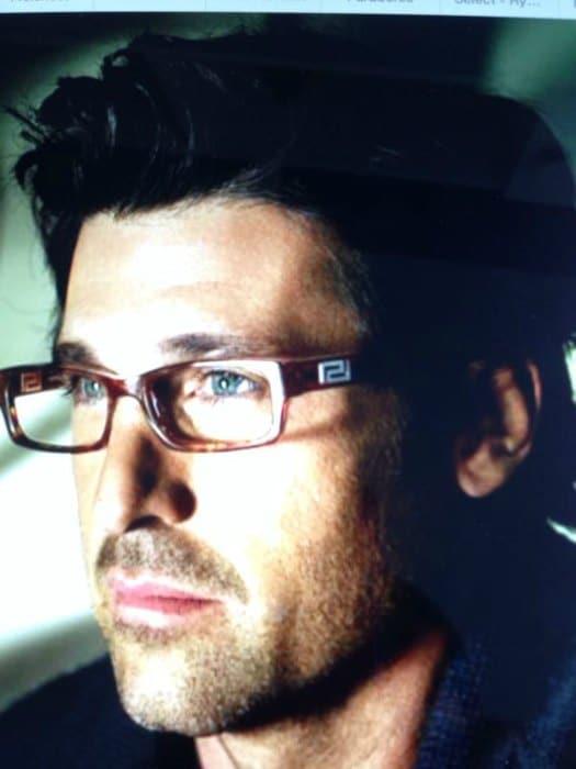 Hombre con gafas de perfil