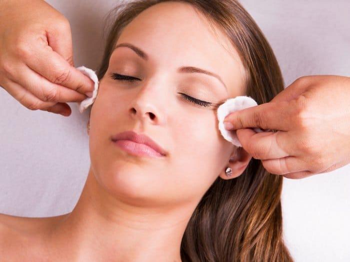 Efectuando un pelling facial