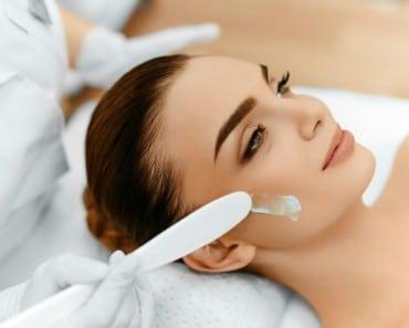 Aplicar crema hidratante o serum facial