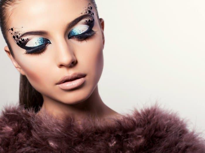 Maquillaje de noche con aplicaciones en los ojos