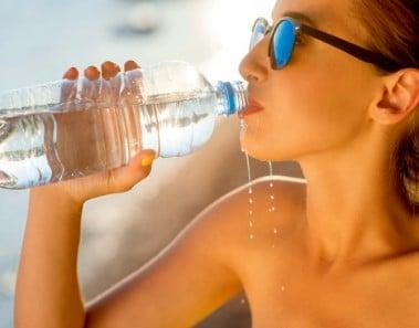 Chica deportista bebiendo agua