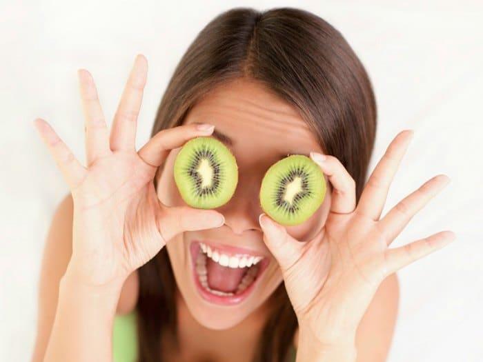 Chica alimentación sana: macrobiótica, fruta.
