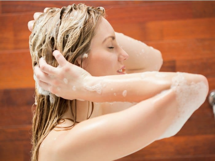 Lavar el cabello en la ducha