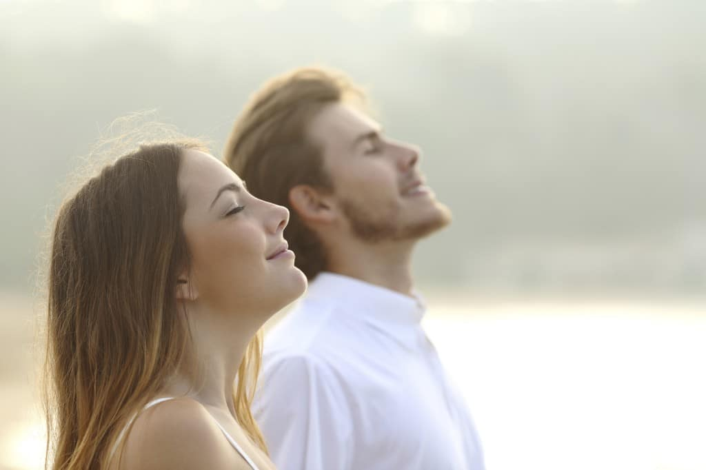 Pareja feliz respira aire puro