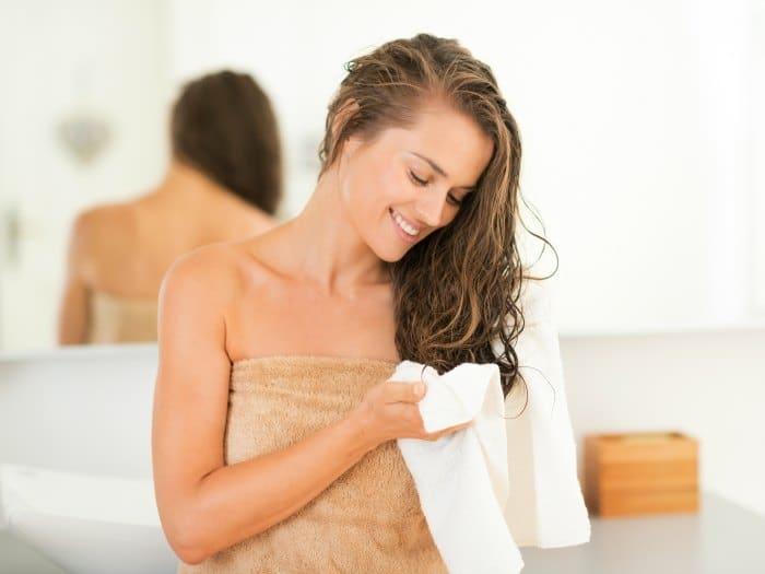 Chica se seca el cabello con toalla