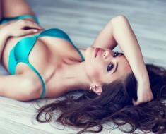Chica tumbada con bikini y un buen escote