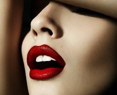 Labios granates sensuales