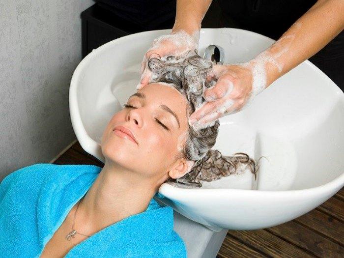 Chica lavándose el cabello