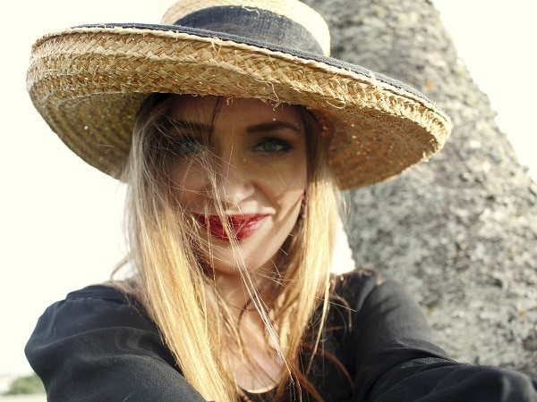 chica-sombrero-rubia