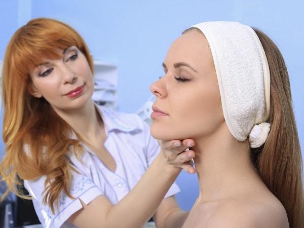 Señora planeando su operación de cirujía estética para eliminar la Papada