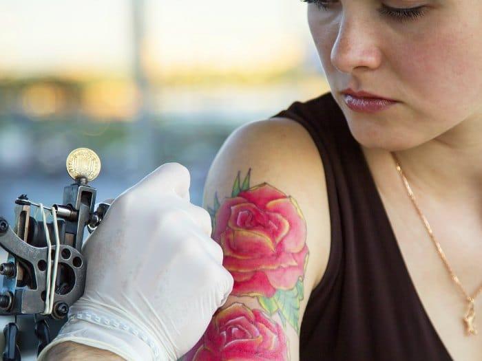 Eliminar tatuaje en el brazo de una chica