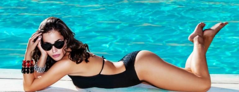 Chica delgada y relax en la piscina