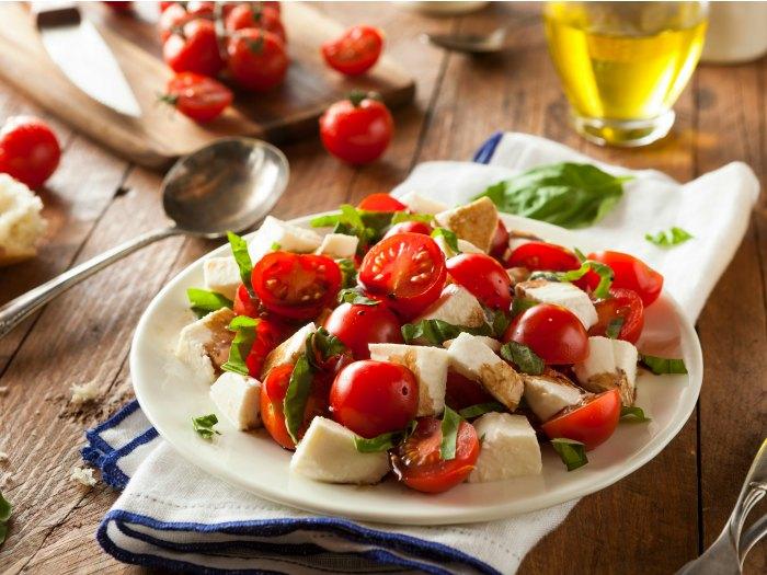 Dieta sana: ensalada de tomate, palmitos, rúcula.