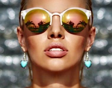 Piel radiante y gafas en verano